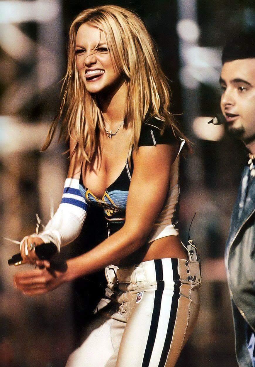 Dagens rykte er at Britney er bekreftet som neste års hovedartist på Superbowl! Vi tror derimot ikke det før vi ser det, MEN det hadde vært fantastisk!