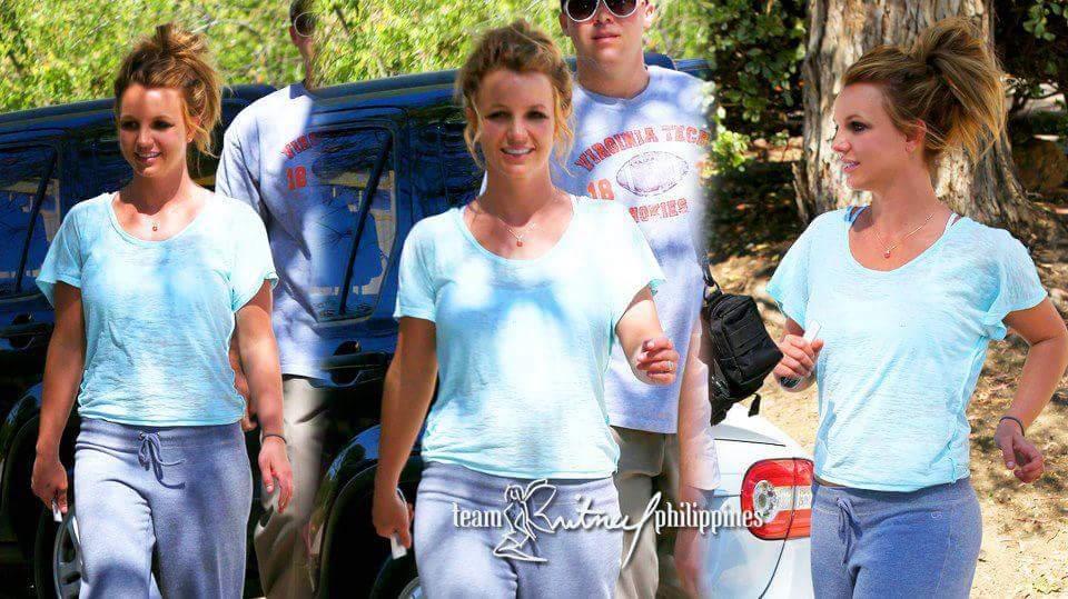 Et bilde av Britney i dag. Der var det kommet lyse striper i håret ja.