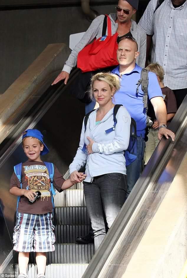 Britney, Jason og guttene landet i dag i Maui, hvor de skal feire 4. juli