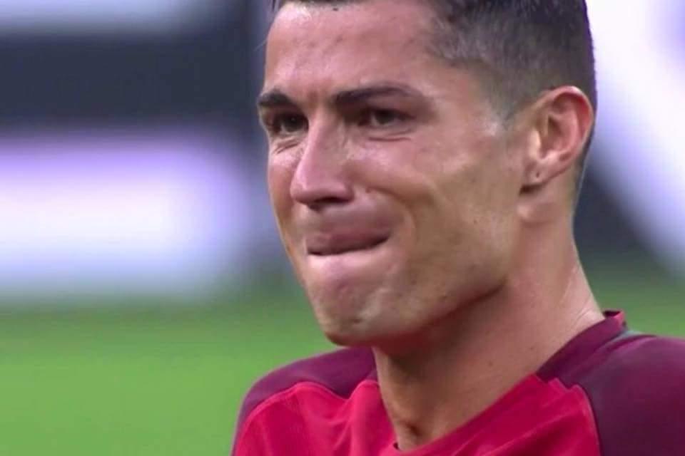 Năm 2004, Ronaldo từng bật khóc sau khi Bồ Đào Nha thua Hy Lạp trong trận chung kết Euro ngay...