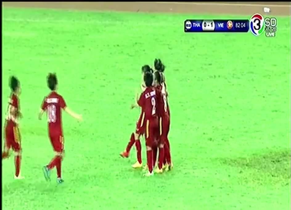 ĐT Nữ Việt Nam vừa có bàn mở tỷ số trong trận gặp Thái Lan. Đợi mãi các chị ơi....
