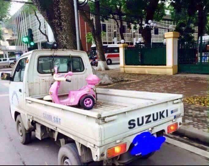 Theo lời các anh cảnh sát nói thì chủ của cái xe màu hồng này bị tịch thu phương tiện vì phạm...