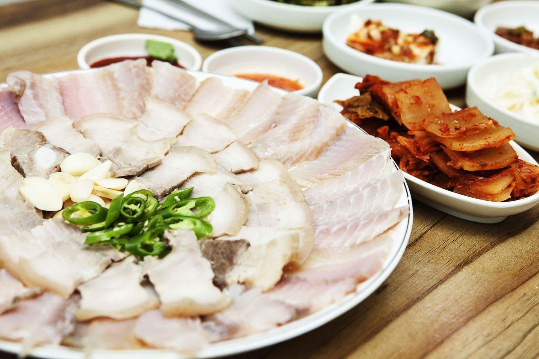 LÀM SAO ĐỂ LUỘC THỊT KHÔNG BỊ HÔI ?  Thịt luộc là món ăn ngon và đơn giản. Tuy nhiên, khi luộc...