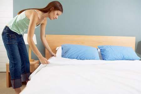 Nguy hại từ thói quen gấp chăn ngay khi thức dậy.  Thói quen tốt là gấp chăn ngay sau khi ngủ...
