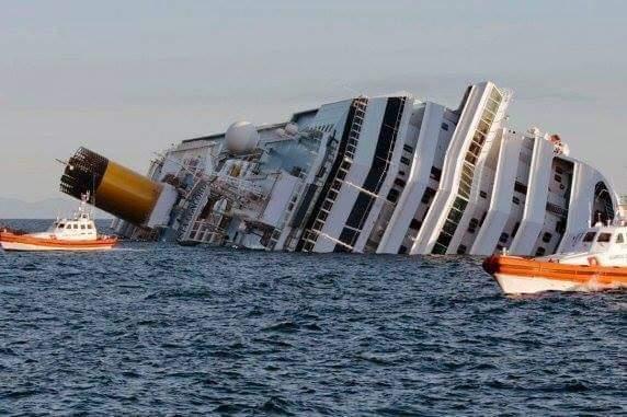 NGẪM !!!  Một con tàu du lịch gặp nạn trên biển, trên thuyền có một đôi vợ chồng rất khó khăn...