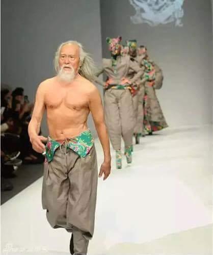 Ông lão, 79 tuổi mới bước trên sàn diễn thời trang. - 44 tuổi bắt đầu đi học tiếng Anh - 57...