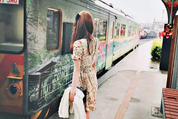 CÓ ĐI CHUNG VỚI NHAU LÂU ĐÂU!  Cô gái ngồi trên xe bus. Một bà già mang đủ thứ lỉnh kỉnh,...