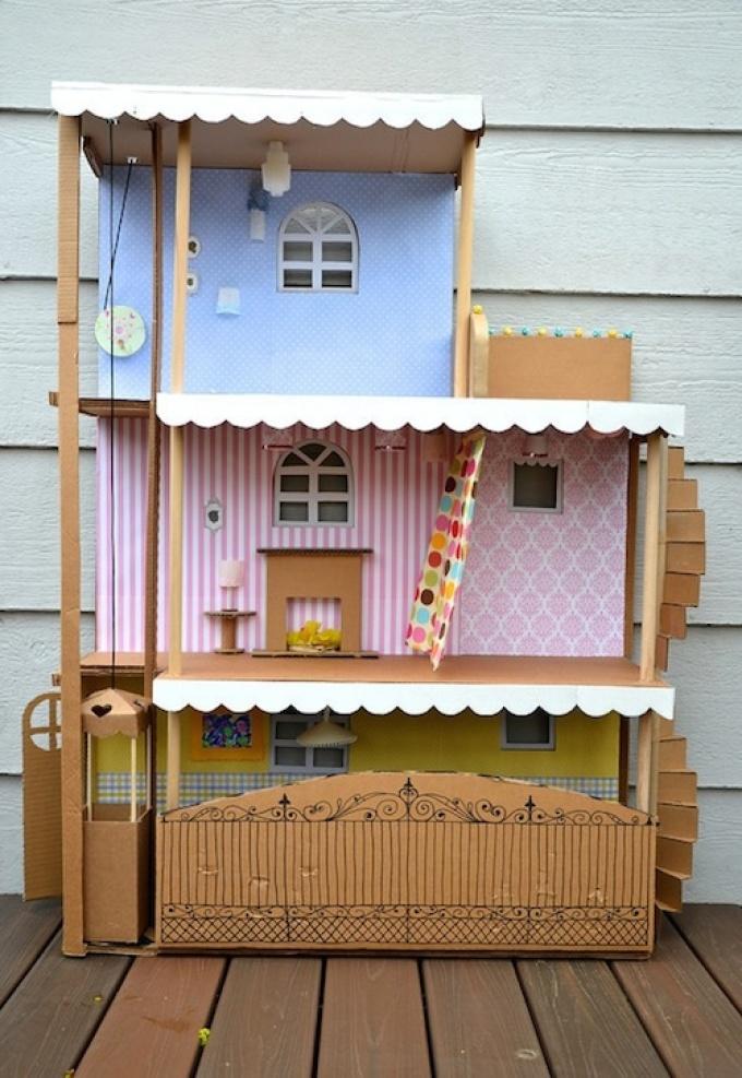 Трехэтажный игрушечный дом из картона.