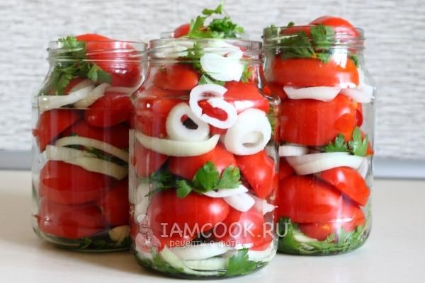 Уложить в банку помидоры с луком и зеленью