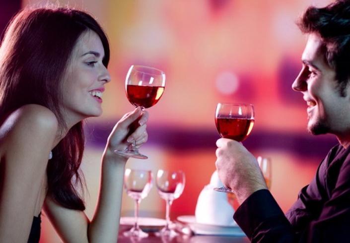 Добавьте в бокал с вином мужчины немного из своего бокала