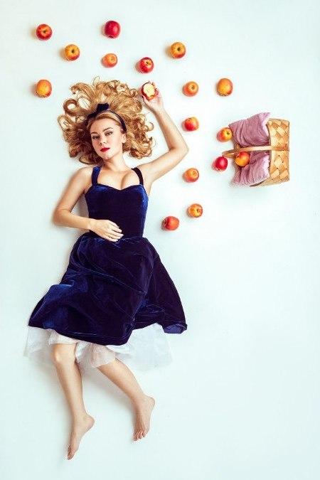 лежа с яблоками