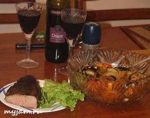 Фотография сервировки стейка с гарниром и вином