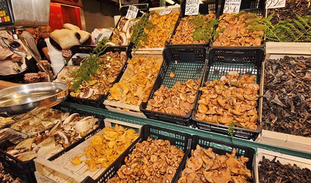 Продажа грибов на рынке