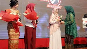Ria M Fasha saat menerima penghargaan Kartini Digital 2017