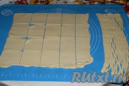 Остальную часть пласта нарезать на прямоугольники размером, примерно, 8 см на 5 см (у меня получилось 20 прямоугольников).