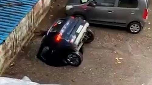 Viral: देखते ही देखते गड्ढे में समाई कार, लोगों ने लगाई BMC को लताड़