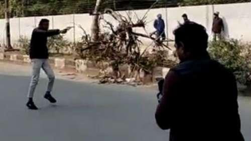 CAA विरोध: जामिया में पुलिस के सामने युवक ने चलाई गोली, छात्र घायल