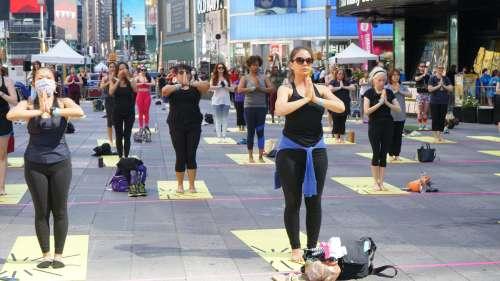 7वें इंटरनेशनल योगा डे की धूम, न्यूयॉर्क में 3000 लोगों ने एक साथ किया योग