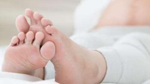 प्रेग्नेंसी के दौरान हाथ पैरों में आ रही है सूजन तो डाइट में बदलाव करने से मिल सकता है आराम