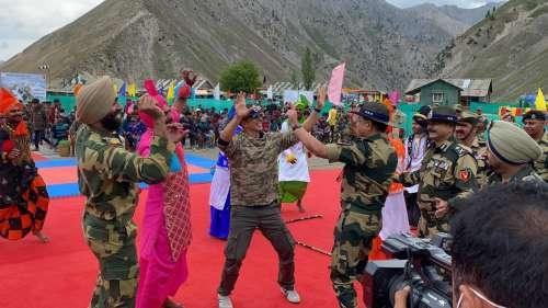 Akshay with Jawans: कश्मीर में जवानों से मिले अक्षय, साथ में भांगड़ा कर बढ़ाया हौसला