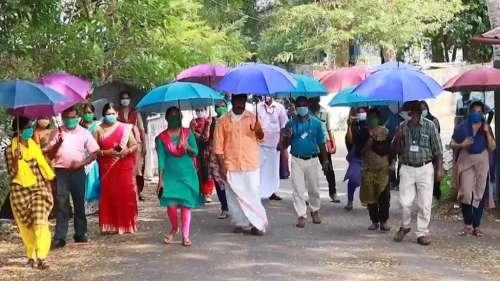 Covid-19: छतरी से होगा सोशल डिस्टेंसिंग का पालन, केरल में अनूठी पहल