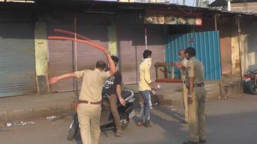 कर्नाटक के कालाबुरागी में लॉकडाउन के उल्लंघन करने पर पुलिस ने की पिटाई