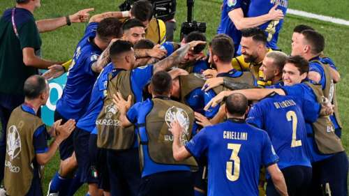 Italy qualify for last 16