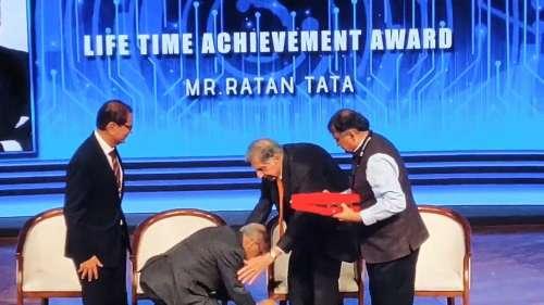 जब नारायण मूर्ति ने छुए रतन टाटा के पैर... तो वायरल हो गई तस्वीर