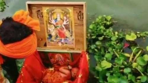 Baby Girl in Ganga: लकड़ी के बॉक्स में नवजात 'बेटी' को डालकर गंगा में बहाया, नाविक ने बचाया