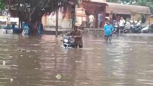Monsoon Enters Gujarat: सीज़न की पहली बारिश ने सड़कों को किया पानी-पानी