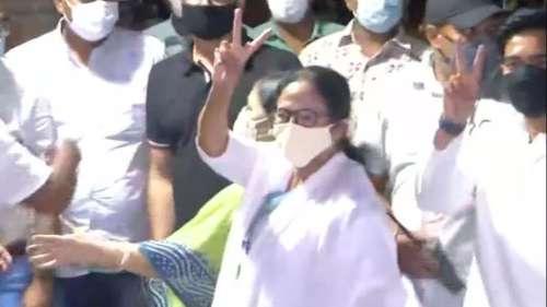 बंगाल चुनाव में जीत की  हैट्रिक के बाद काली घाट मंदिर पुहंची ममता बनर्जी