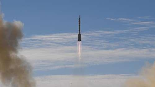 Shenzhou-12: चीनी यान तीन अंतरिक्ष यात्रियों को लेकर नये अंतरिक्ष स्टेशन पर पहुंचा