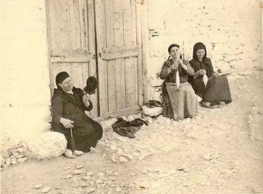 ellanionforum.com_ΠΥΘΙΟ+1960+γυναικες_κλοθουν_μαλι