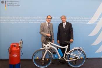 German Transport Minister Alexander Dobrindt (left) receives a prototype H2 e-bike and hydrogen fueling station from Linde AG CEO Dr. Wolfgang Büchele (right). (Image courtesy of The Linde Group.)