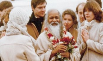 Maharishi_Mahesh_Yogi_during_a_1979_visit_to_MUM.jpg