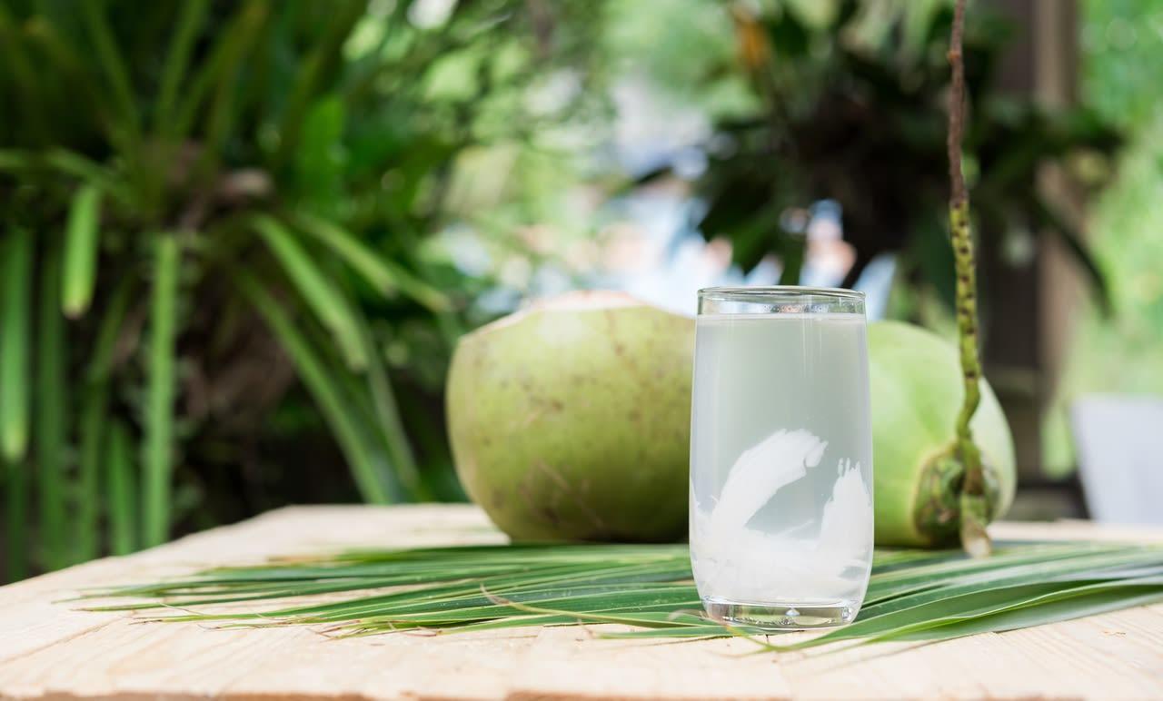 Vaso con agua de coco
