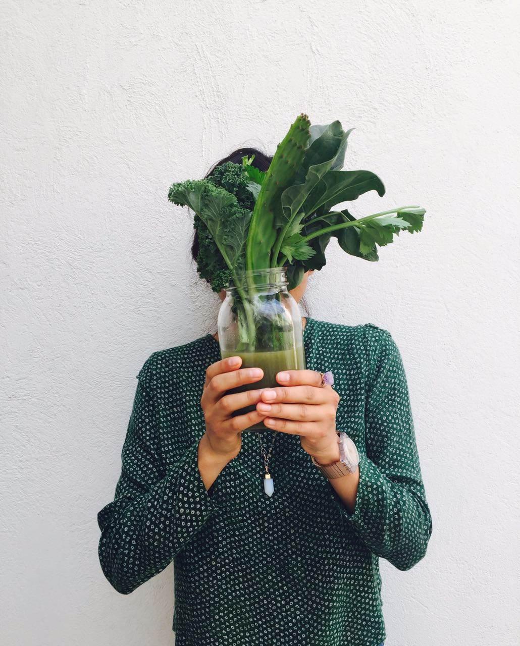 Persona sosteniendo un jugo verde