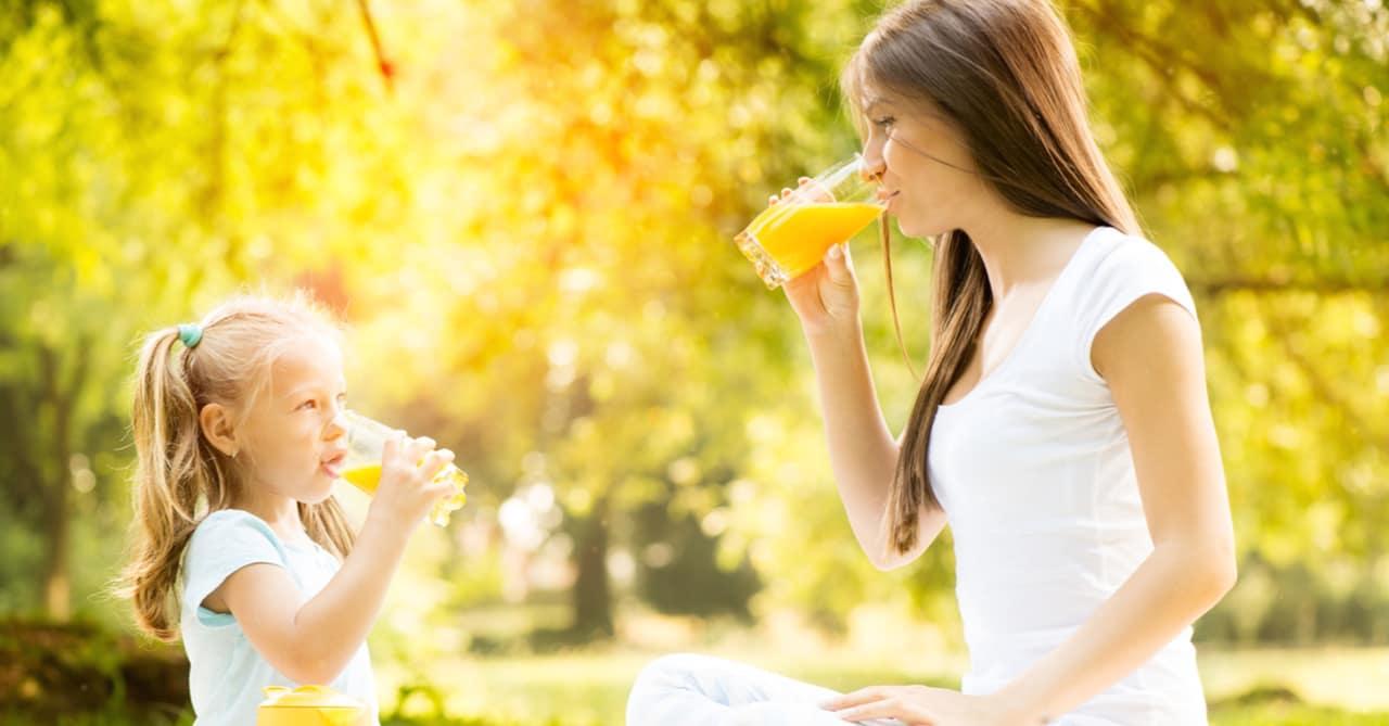 beber jugo de naranja