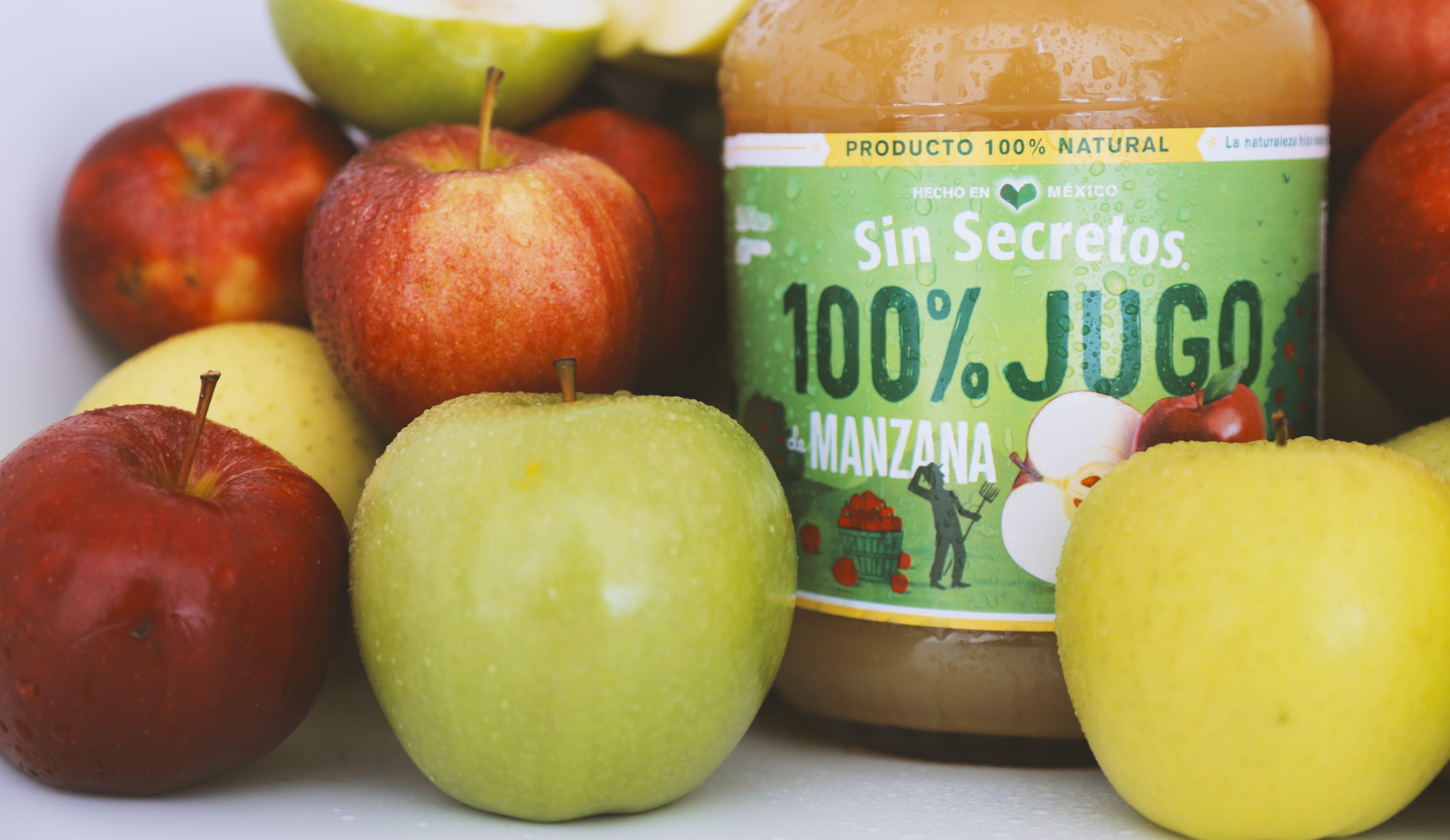 Tomar jugo de manzana