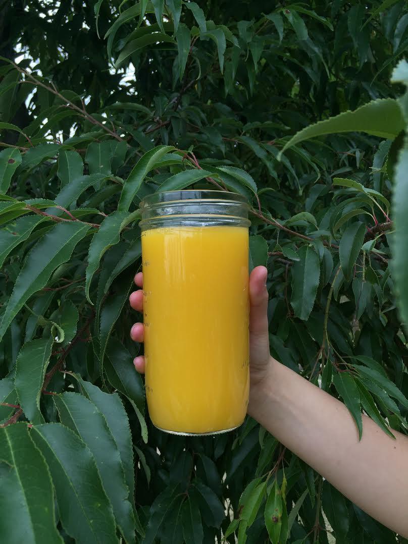 jugo de naranja y agua de coco