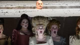 Saul, Glyndebourne Festival 2015. Saul (Christopher Purves), centre back, and Glyndebourne Chorus. Photographer Bill Cooper.