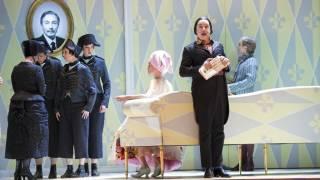 Der Rosenkavalier, Glyndebourne Festival 2014. The Marschallin (Kate Royal) and Valzacchi (Christopher Gillett).