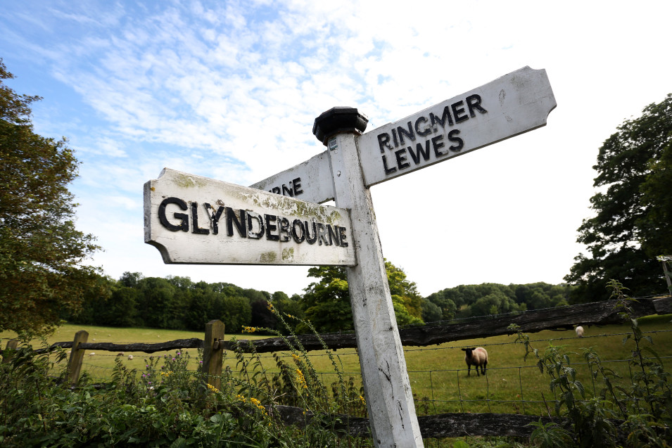 A black and white signpost pointing towards Glyndebourne.