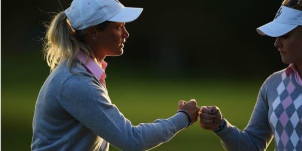 Suzann Pettersen (l.) und Charley Hull drehen am frühen Sonntagmorgen ihr am Vortag wegen Dunkelheit abgebrochenes Match auf den letzten drei Löchern.