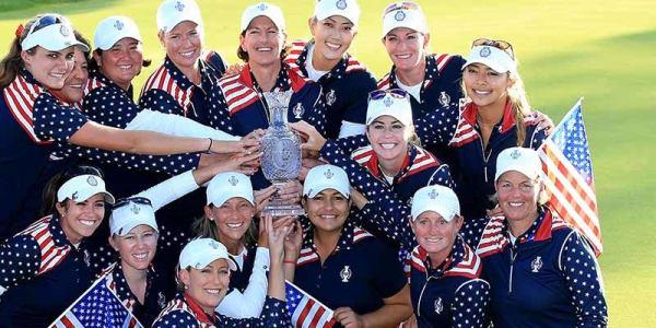 Das siegreiche Team USA mit dem Objekt der Begierde, dem Solheim Cup.