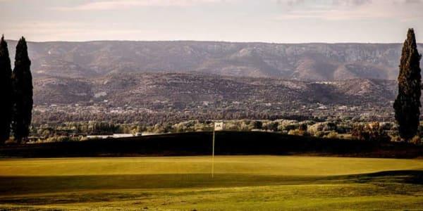 Das 7. Grün des Golf International Pont Royal - Ballesteros Kurses in der Abenddämmerung. (Foto: The Azalea Group)