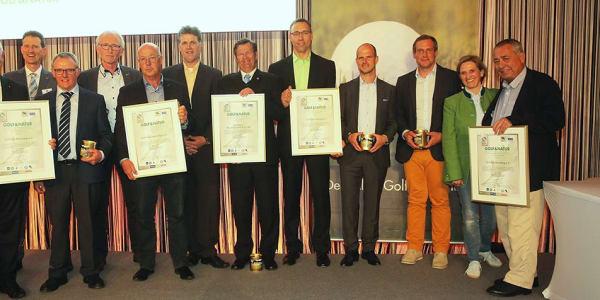 Die fünf ausgezeichneten Golf&Natur-Clubs nahmen neben ihrem Zertifikat auch ein Glas Golfplatzhonig aus der Hand von Ilka Stepan, Allianz Deutschland, entgegen. (Foto: DGV/Herlich)