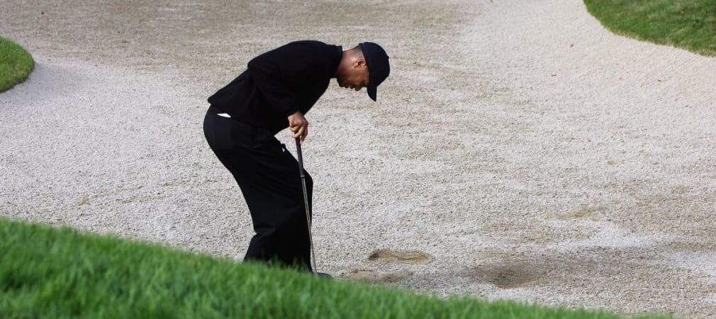 Tiger Woods mit schwerzverzerrtem Gesicht beim Golf.