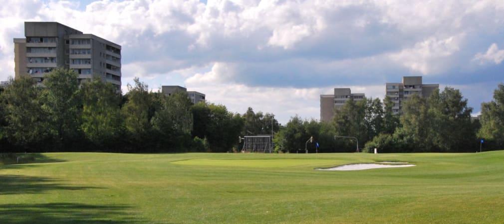 Gelebtes urbanes Konzept bei Golfcity Puchheim: Neben den Wohnhäusern ist sogar die Ampelschaltung der nächsten Kreuzung vom Grün aus zu sehen. (Foto: Golf Post)