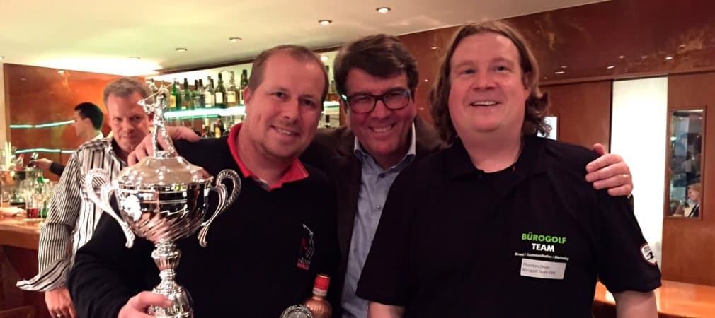Herrensieger und Golf Post Gewinner Stephan Bauer mit Guido Gutzeit vom La Terrazza sowie Thorsten Dreps vom Bürogolf-Team mit dem Wanderpokal (Foto: Uwe Erensmann)